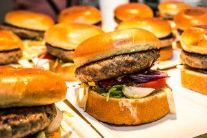 Burger essen beim Aufsteirern