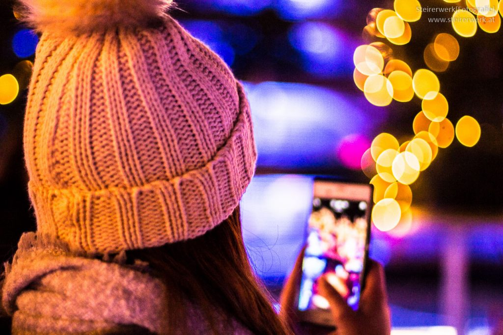 Advent Smartphone Social Media