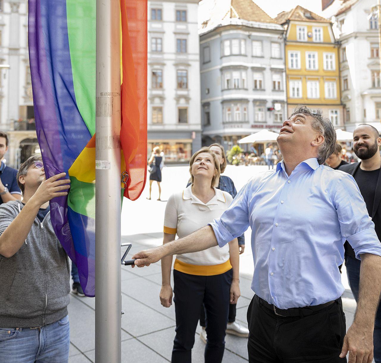 Grüne und Vizekanzler Koglerhissen Regenbogenfahnen vor GrazerRathaus
